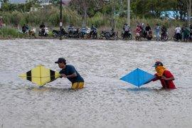 Balap perahu mini di kubangan tsunami Page 1 Small