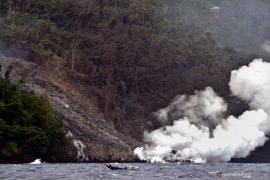 Logistik dikirim via laut akibat Gunung Karangetang meletus