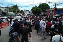 Polisi bubarkan aksi demo barikade jalan
