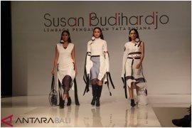 """12 desainer murid Susan Budiharjo sajikan """"Perfection"""" (video)"""