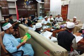 Lantunan ayat suci Al Quran bergema di ruang kerja Kapolres Tapsel
