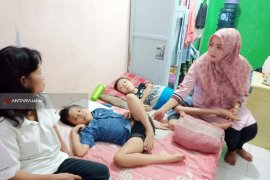 """Dua Anak Kakak Beradik Warga Surabaya Menderita Penyakit Langka """"Distrofi Otot"""""""