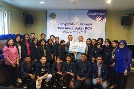 Unud terima dana beasiswa BCA Rp300 juta