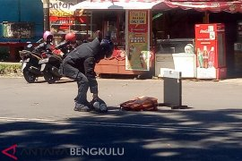 Polisi tangkap pelempar tas diduga berisi bom di depan Mapolres kota
