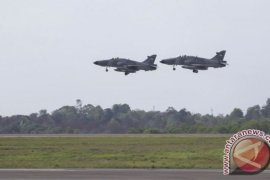 Pesawat tempur TNI AU jatuh menimpa rumah warga di Riau