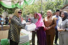 Isteri Mantan Kapolri Bantu Korban Tsunami Pandeglang