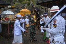 """Korem 163/Wira Satya lakukan ritual """"Penjamasan Dhuaja"""" di Gianyar"""