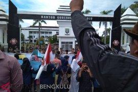 Masyarakat dan mahasiswa demo tuntut penutupan PLTU batu bara