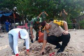 Polisi Bangka Barat bersihkan sampah di Pantai Asmara