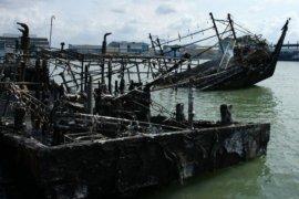 Bangkai kapal yang hangus terbakar di Muara Baru