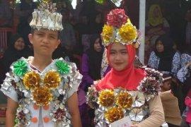Siswa-siswi SMPN2 Lepar Pongok tampilkan fashion show dari bahan daur ulang