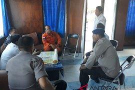 Petugas Imigrasi Belitung periksa kelengkapan dokumen kapten kapal Sea Wolf