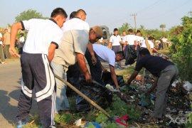 Lanal Lhokseumawe bersihkan sampah bersama masyarakat