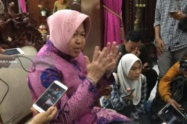 Risma Minta Kasus Pembacokan Anggota Satpol PP Surabaya Diusut