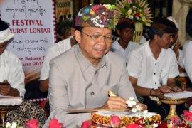 """Gubernur Bali ikut """"Nyurat"""" lontar bersama ribuan pelajar"""
