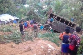 Kodim Singkawang bantu bersihkan material longsor Desa Sungkung II