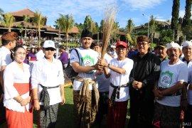 """Koster deklarasikan Bali """"bersih"""" sampah plastik di Pura Besakih"""