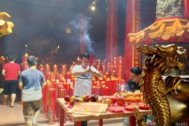 Ribuan wisatawan sembahyang Imlek di klenteng tertua Pangkalpinang
