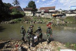 Satgas patroli sungai Ciliwung