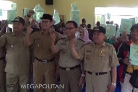 111 warga Sukabumi menerima sertifikat tanah gratis