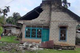 Warga Kota Padang keluar rumah saat gempa kembali terjadi