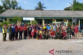12 personel Polsek Riau Silip bersihkan sekolah