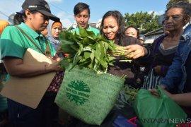 5.000 tas ramah lingkungan habis dibagikan pada sebuah festival