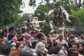 Wisatawan mancanegara kagumi pawai Ogoh-ogoh di Surabaya