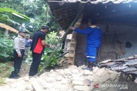 Tim Gabungan Evakuasi Korban Rumah Roboh di Pamekasan