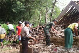 Personel Kodim-Polres Pamekasan bantu korban angin kencang
