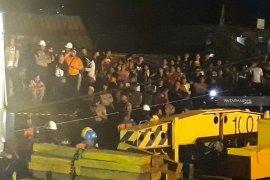 Evakuasi KRL anjlok jadi tontonan warga (Video)