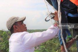 Wabup Purwakarta naik tower gagalkan warganya bunuh diri