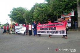 Kedatangan Sandiaga Uno dihadang spanduk dukung Jokowi