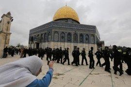 Puluhan ribu warga Palestina Shalat Jumat pertama di Al-Aqsha