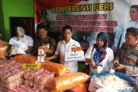 Polda Jatim bongkar industri makanan ilegal (Video)