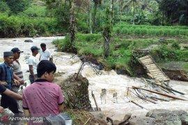 Banjir bandang hantam Sindang Kelingi, satu jembatan gantung putus