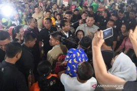 Presiden Joko Widodo beli Teri Medan di Pasar Petisah