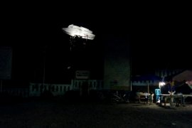 Malam hari, replika kapal tenggelam Danau Toba seolah melayang di udara