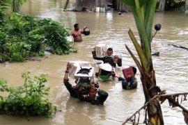 TNI bantu evakuasi warga terjebak banjir