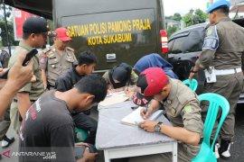 PN Sukabumi denda belasan PKL liar