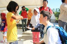PMI hibur anak korban bencana tsunami di pengungsian
