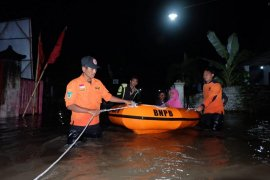 BPBD Kabupaten Kediri pasang penahan air di tanggul jebol