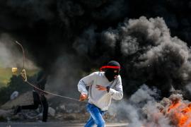 Puluhan mahasiswa bentrok dengan tentara Israel