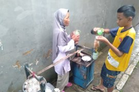 Wanita lansia di Sukabumi jadi tulang punggung keluarga