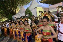 "Warga Bali ""uyel-uyel"" dekati Presiden Jokowi saat ke Pasar Badung"
