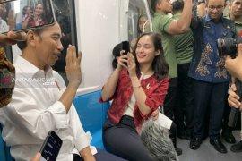 Jokowi ngevlog bareng Chelsea Islan di MRT