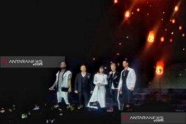 Boyzone  beri kejutan dengan ajak Isyana Sarasvati nyanyi