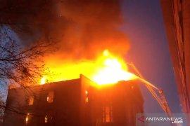 Lantai dua gedung perkantoran Pulomas Jakarta terbakar