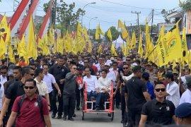 Jokowi diarak naik becak menuju lapangan di Mamuju