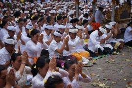 """Pemkot Denpasar adakan """"Bakti Penganyar"""" di Pura Agung Besakih"""